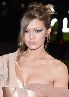 From high-up hair to shocks of colour and face-covering veils, the Met Gala beauty 2017 stole the show, and saved a lot of red carpet looks Glamour Makeup, Beauty Makeup, Hair Makeup, Hair Beauty, Makeup Looks 2017, Celebrity Makeup Looks, Gigi Hadid Met Gala 2017 Makeup, Gigi Hadid Hair, Red Carpet Makeup