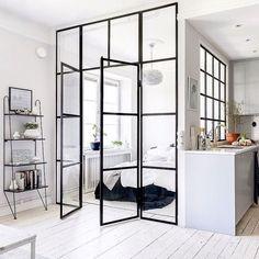 La verrière intérieure pour séparer les espaces dans un studio sans perdre la lumière (salon, chambre et cuisine)