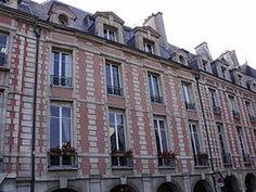 Hôtel de Châtillon (1605) 10, place des Vosges Paris 75004. Claude Chastillon a participé avec Jacques II Androuet du Cerceau à la conception de la Place.