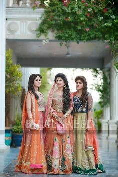 diaries Sehrish ,Mona and Zara looked absolutely stunning in ERum khan Mehndi look.You girls are completely rocking the mehndi look dairies Pakistani Mehndi Dress, Bridal Mehndi Dresses, Walima Dress, Pakistani Wedding Outfits, Pakistani Couture, Pakistani Bridal, Pakistani Dresses, Indian Dresses, Shadi Dresses