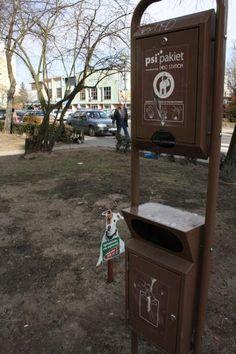 Dystrybutory na woreczki na psie nieczystości są coraz bardziej znane w polskich miastach.