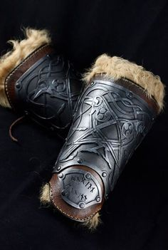 Viking leather and resin bracers, own design with Odin crows. This item includes A PAIR of viking bracers and A PAIR of fur bracers. Hand-made leather bracers with a flexible resin plate. This resin have a great resistance to impact, reduced weigth and is very confortable to wear, so is very safe to larp, scenic figth, action scenes... Fur bracers are independent so you have three different options to wear them: only fur, fur and leather or only leather. All of them are attached with higt...