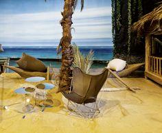 """SITZPOUF """"Slumber"""" von Casalis, Design: Alexandra Gaca. BEISTELLTISCH """"Tre"""" von Mox, Design: Charles O. Job. STUHL """"Butterfly Chair"""" von Hardoy, Design: Ferrari-Hardoy, Kurchan und Bonet."""
