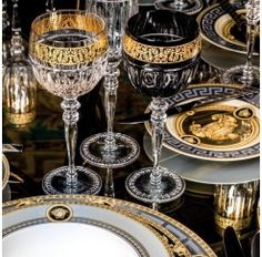 Cristalería Versace de 12 servicios y 48 piezas con talla facetada, decorada en oro y fabricada en diferentes colores (transparente, ámbar, verde, rojo o negro) compuesta por: 12 copas de agua de 21 cm, 12 copas de vino tinto de 20,5 cm, 12 copas de vino blanco de 20 cm y 12 copas de champagne de 24,2 cm.