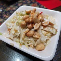 酸白菜花生不愧是炎夏開胃小菜。Enjoying pickled cabbage with peanuts #hot #summer #Taiwan #food