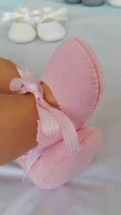 Best 12 Babyslofjes roze woolfelt van MissTiddels op Etsy – Page Best 12 baby shoes pink woolfelt from MissTiddels on Etsy – Page 635711303631021013 [. Baby Doll Shoes, Felt Baby Shoes, Girl Doll Clothes, Baby Dolls, Doll Shoe Patterns, Baby Shoes Pattern, Clothing Patterns, Dress Patterns, Baby Shoes Tutorial