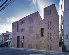 Balkonschlucht in Backstein - Wohn- und Geschäftshaus in Tokio