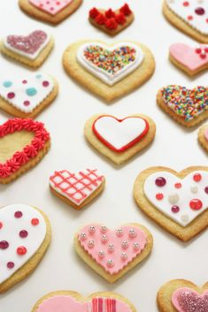 Wir würden auch gerne den Familien Weihnacht´s Kekse zukommen lassen, damit an Heilig Abend welche da sind, um ein schönes Fest zu haben. Darum auch die Frage oder besser Bitte an euch. Wer möchte uns gerne Weihnacht´s Kekse backen oder sich an den Zutaten beteiligen oder gleich fertige spenden. Helfen wir zusammen um allen ein schönes Fest zu ermöglichen. Danke für eure Mithilfe Cake Decorating Courses, Ice Cake, Valentines Day, Valentine Hearts, 4th Of July, Biscuits, Food Porn, Cookies, Holiday