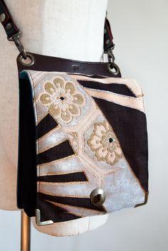 古帯を使用したバックです。表は古帯、背面は本革、ポケット部分はハンプ、裏地は綿です。ショルダーとウエストポーチの2WAYバックです。500ミリリットルペットボ...|ハンドメイド、手作り、手仕事品の通販・販売・購入ならCreema。 Japanese Textiles, Japanese Fabric, Japanese Kimono, Japan Bag, Patchwork Bags, Silk Kimono, Purse Styles, Fabric Bags, Small Bags