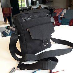 Enge Créations sur Instagram: Mon deuxième projet @patrons_sacotin : une sacoche Jive. Fournitures @lamerceriedescreateurs : Toile luggage noire, intérieur en popeline… Creations, Backpacks, Bags, Instagram, Fashion, Poplin, Sewing, Canvas, Handbags