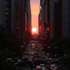 "The sun sets over 42nd Street, perfectly aligned with Manhattan's street grid during ""Manhattanhenge"" on Wednesday, July 11, 2012 in New York, NY. (Photo credit: John Makely,  msnbc.com)"