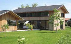 Die senkrechte Fassadenschale aus Holz schützt und ziert Wohnhaus und Nebengebäude im selben Stil. Foto: Gassner & Zarecky Architekten
