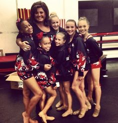 The Dance Moms are back - and more bitter than ever! After weeks of focusing on Cathy's Candy Apples dance studio and reunion style chatfests, Dance Moms Dance Moms Dancers, Dance Mums, Dance Moms Girls, Mackenzie Ziegler, Maddie Ziegler, Dance Moms Season 4, Brooke Hyland, Abby Lee, Mom Pictures