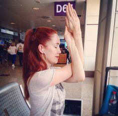 Haciendo estiramientos en el aeropuerto, rumbo a mi próxima aventura :)