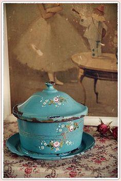 ~ All-Time Favorite, brocante ~ Vintage Enamelware, Vintage Tins, Vintage Love, Vintage Kitchen, French Vintage, Vintage Antiques, Azul Tiffany, Tiffany Blue, Tea Pots