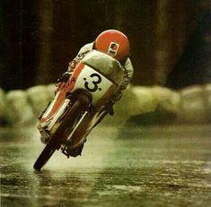Motorracen met lichte tweetakt in de regen, optimale stroomlijn.