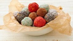 Doughnut Holes 5 Ways -- These are no ordinary homemade doughnut holes. They come in 5 fun shake-in-the-bag flavors that your family will love. Plus, we've made them easy. Gluten Free Doughnuts, Donuts, Tarte Caramel, Doughnut Holes, Bisquick Recipes, Bread Recipes, Have Time, Breakfast Recipes, Yummy Food