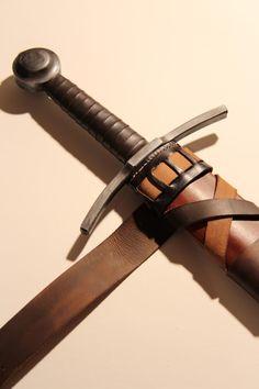 Hochmittelalterliche Schwertscheide in typischer Wicklung für Schwerter der Wyvern-Replicaserie. Scheibenknaufschwert ca. 1200 n. Chr.