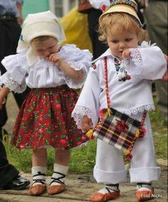 wish my babies could come with us!Romanian children in traditional garb. (Romania, Eastern Europe) www. Precious Children, Beautiful Children, Beautiful People, Kids Around The World, We Are The World, Folk Costume, Costumes, Romania People, Art Populaire