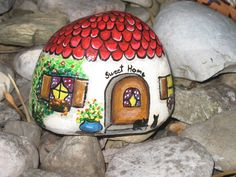 Süßes Elfenhäuschen als orginelle Dekoration im Garten, auf dem Balkon oder i. Cute little elf house as an original decoration in the garden, on the balcony or in the apartment. Pebble Painting, Pebble Art, Stone Painting, Stone Crafts, Rock Crafts, Arts And Crafts, Bois Intarsia, Caillou Roche, Art Rupestre