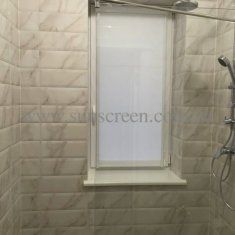Рулонная штора в коробе из  водонепроницаемой ткани Aqua - отличное решение для помещений с повышенной влажностью. Специальная пропитка ткани обладает противогрибковыми свойствами.
