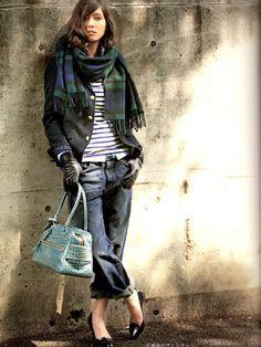 「置きコーデ」とは、コーデを床に置いた様に見せて写真を撮ること。人気スタイリスト菊池京子さんのHPにポストされる記事が、まるで雑誌の1ヶ月着回しコーデを見ているかの様。