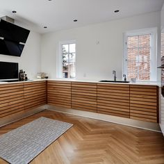 M-line kan give dig mange forskellige muligheder. Salon Interior Design, Residential Interior Design, Interior Design Kitchen, Interior Design Inspiration, Navy Kitchen Cabinets, Kitchen Cabinets Materials, Plywood Furniture, Etagere Design, Timber Kitchen