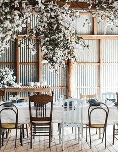 Choisir des chaises dépareillées autour de la table de mariage