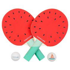 Set de ping-pong Watermelon - Ludique et coloré, le sport s'invite dans votre quotidien sous une version fruitée avec ce set de ping-pong à emporter partout ! Orné de motifs fruités et colorés, cet accessoire nomade prend place sur toutes vos tables et les transforme en véritable arène... Organisez des tournois de ping-pong au soleil avec ce set de jeu au design estival !