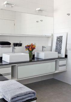 Banheiro - O porcelanato (80 x 80 cm) da área social se repete no banheiro do casal. Na parede, cerâmica de 15 x 45 cm. Ambos são da Incepa (C).