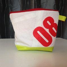 Trousse à maquillage en voile de bateau recyclée numéro 08 Sailing Outfit, Boutique, Paper Shopping Bag, Lunch Box, Couture, Chic, Clutch Bags, Recycling, Ships
