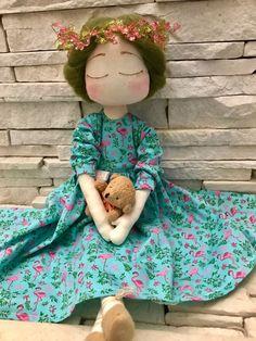 Boneca em tecido 100% algodão, cabelo em lã penteada natural, acompanha ursinho.
