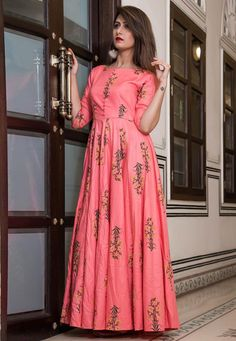 Be the dazzling diva clad in this pink muslin party wear kurti with exquisite designs and patterns. The digital print work on the attire adds a sign of beauty statement to your look. Salwar Designs, Kurta Designs Women, Kurti Designs Party Wear, Blouse Designs, Indian Designer Outfits, Designer Dresses, Kalamkari Dresses, Frock Fashion, Fashion Flats
