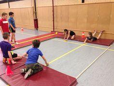 Air hockey in de gymzaal. 2-2 met een blokje in de hand een schijf tegen de mat proberen te spelen.
