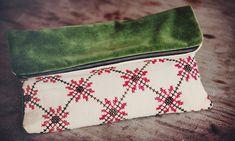 punto de cruz, terciopelo y cremallera. No es un estuche más. Social Projects, Textiles, Handmade Bags, Embroidery Designs, Coin Purse, Pouch, Sewing, Knitting, Crochet