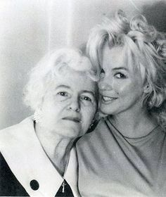 Marilyn Monroe in at Anne Karger's Hollywood apartment. With Anne Karger and housekeeper. Marylin Monroe, Fotos Marilyn Monroe, Estilo Marilyn Monroe, Hollywood Stars, Classic Hollywood, Old Hollywood, Hollywood Hotel, Divas, Stars D'hollywood