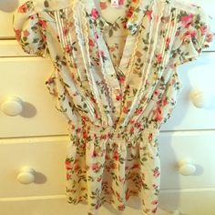 Floral top Floral top in perfect condition,m, baby doll lose look. Size medium Candie's Tops Blouses