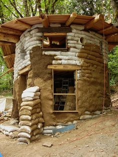 A tutorial for building your own earth bag round house from ground up! Cob Building, Building A House, Green Building, Eco Construction, Earth Bag Homes, Silo House, Earthship Home, Natural Homes, Survival Shelter