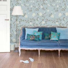 Papel de parede floral delicadas flores e ramos com desenho marrom e bege claro. Fundo azul claro. Tamanho: 1 Rolo de 3m (altura) X 50cm (largura).