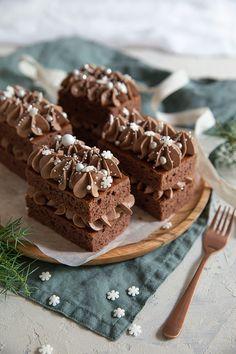 Mokkapalat leivosmuodossa pursotetulla kuorrutteella. Chocolate sheet cake with piped icing.