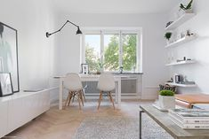 A chic 42 spm apartment in Sweden   My Paradissi Interior Walls, Home Interior Design, Dark Interiors, Decorating On A Budget, Office Desk, Living Room, Chic, House, Sweden