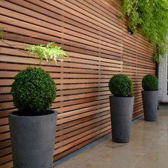 Vallas de madera ipé, ideal para combinar con jardineras en acero