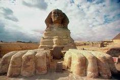 AUTORE: ignoto NOME: Sfinge DATAZIONE: 2500 a.C., al tempo del faraone Chefren MATERIALE e TECNICA: realizzata scolpendo la pietra viva, mentre alcune parti sono state costruite o riparate con l'aggiunta di blocchi di roccia tagliati LUOGO DI CONSERVAZIONE: necropoli di Giza, Egitto