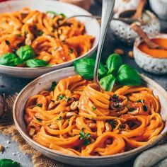 This easy vegan roasted red pepper pasta sauce recipe is creamy, healthy, delicious and makes a great weeknight dinner with only 10 simple ingredients! Vegan Pasta Sauce, Pasta Sauce Recipes, Pasta Sauces, Paprika Sauce, Pumpkin Sauce, Pumpkin Pasta, Roasted Red Pepper Pasta, Roasted Red Peppers, Healthy Eating Recipes