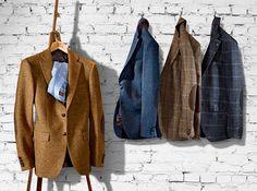 Original HARRIS #TWEED -Sakko mit den typischen Lederdetails. In verschiedenen Unis und in vielen Karovarianten - bei #HIRMER #MensFashion #Sakko Business Hose, Trends, Fashion Essentials, Blazer, Mens Fashion, Suits, Coat, How To Wear, Jackets