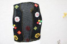 #Mode #Weste #schwarz #bunt #retro #Hippie #Blumen #gehäkelt  Hier aus meiner Strick- und Häkelwaren-Kollektion eine tolle Weste mit einem Stäbchenmuster gehäkelt (Perlgarn schwarz) und mit...