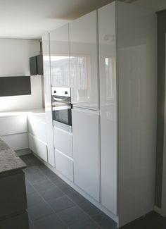 White high gloss handleless kitchen