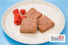 Total 10 Chocolate Fudge: Try this decadent dessert whenever you have a hankering for something sweet! Ingredients cup almond butter cup garbanzo beans cup cocoa powder cup pumpkin 12 dates, pitted cup almond milk cup raspberries Healthy Treats, Healthy Desserts, Healthy Recipes, Healthy Foods, Snack Recipes, Dessert Recipes, Cooking Recipes, Extra Recipe, Pumpkin Mousse
