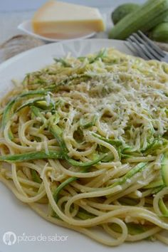 Aprende a cocinar una deliciosa pasta cremosa con calabacita (calabacín) al ajo y parmesano. Muy fácil, rápida y deliciosa.