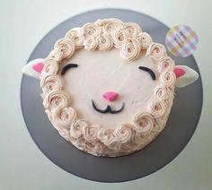DIY Fluffy Lamb Cake Decorating Tutorial by Coco Cake Land for Handmade Charlotte Easy Cake Decorating, Cake Decorating Tutorials, Decorating Ideas, Beautiful Cakes, Amazing Cakes, Bolo Diy, Bolos Naked Cake, Sheep Cake, Sheep Cupcakes